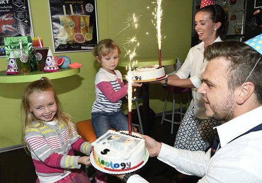 Prskavka na narozeninovém dortu nemohla chybět.