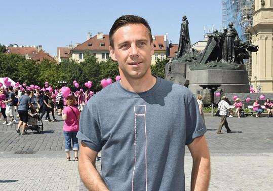 Herec před zahájením pochodu na Staroměstském náměstí