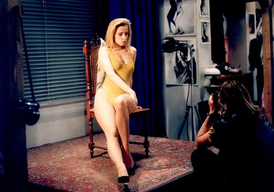 Kateřina Brožová na začátku devadesátých let. Už byla blond a začínala dostávat role sexy dívek.