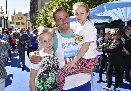 Roman Šebrle pravidelně běhá. Ke sportu vede i děti.
