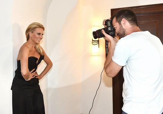 Krainovou opět fotil slovenský fotograf Lukáš Kimlička a opět se fotilo v hotelu Augustin.