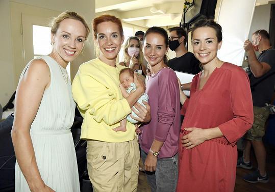 Zleva Petra Hřebíčková, Hana Vagnerová, Sandra Nováková a Gabriela Marcinková na natáčení filmu Matky