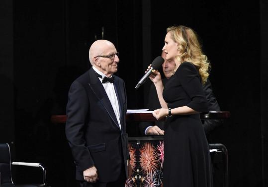Monika Absolonová gratuluje Karlu Štědrému k životnímu jubileu.