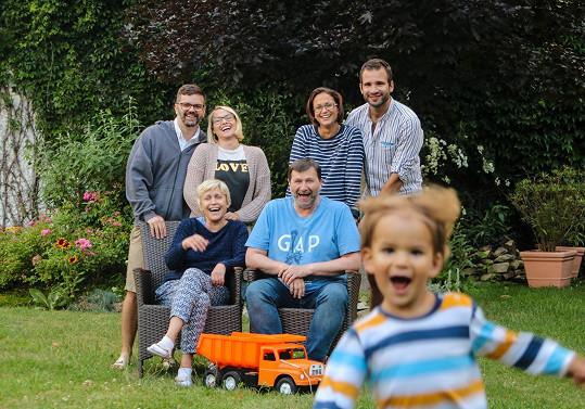 Červencová pohoda (2019) v Dolní Lhotě. Rodiče s dcerami - Bárou s americkým manželem Erikem (vlevo) a s Kristýnou a jejím mužem Matějem.