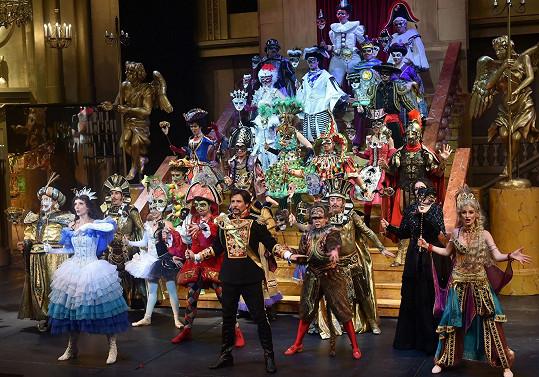 Zde přinášíme některé ze scén, které uvidí diváci Fantoma opery.