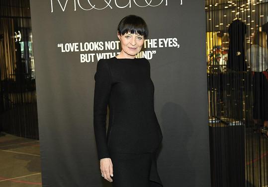Na výstavě je k vidění 14 McQueenových modelů vybraných Liběnou Rochovou.