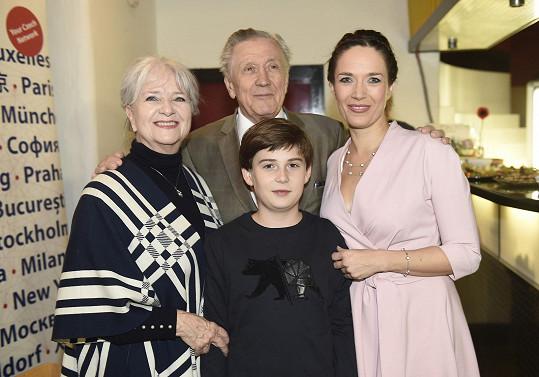Na vernisáž ji přišli podpořit syn Toník a rodiče Petr Kostka a Carmen Mayerová.