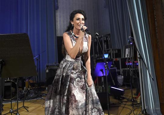 Na Česko-Slovenském plese také vystupovala.