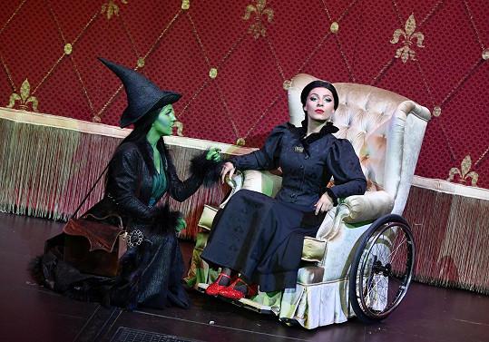 Elphaba se svojí sestrou Nessarosou. Ta je upoutána na invalidní vozík.