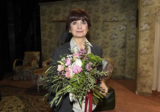 Veronika s květinami po standing ovation