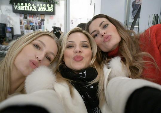 Eva s modelkami během příletu do Ruska