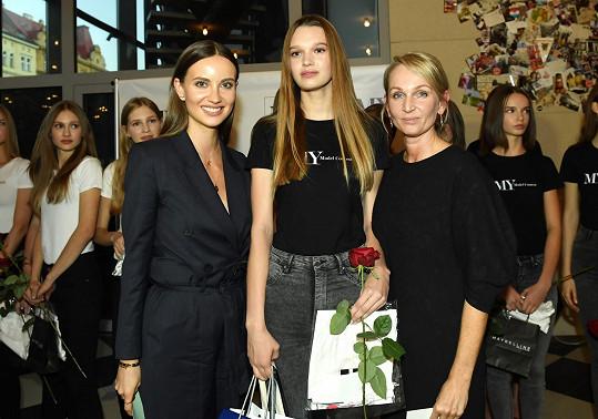 Cenu poroty převzala Nicol Kosinová od Ester Berdych Sátorové (vlevo) a ředitelky soutěže Lenky Horové Jochové.