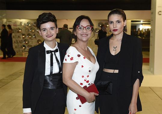 Alena Mihulová s dcerou (vlevo) a její přítelkyní