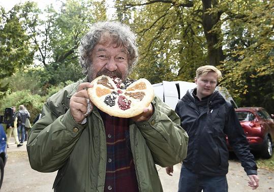 ...a s koláčem, který mu přinesly místní obyvatelky.