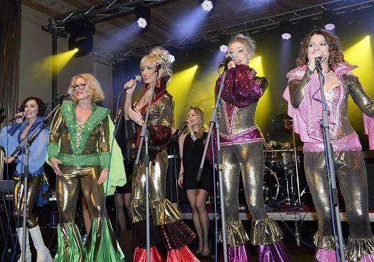 Daniela při vystoupení s kolegyněmi z Mamma Mia na Plese Prahy 1