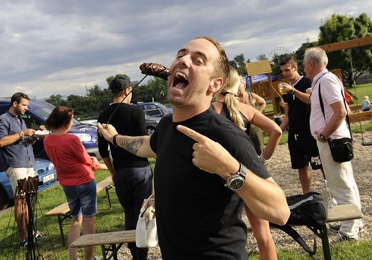 Muzikálová parta (na snímku Petr Kutheil) si opékání užívala.