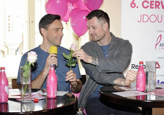 Roman vtipkoval, že jde do průvodu hlavně kvůli kolegovi Petru Vágnerovi.