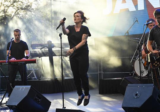 Na pódiu ale vystupovala obutá.
