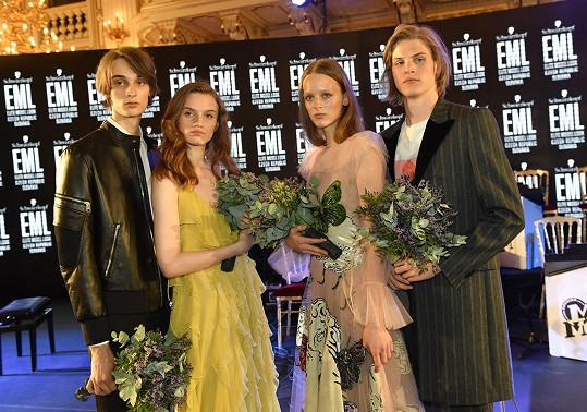 V prestižní modelingové soutěži první příčky za Českou republiku obsadili Klára Binderová a Sebastián Klimeš a za Slovenskou republiku Charlotta Kušnírová a Andrej Chamula (pár vlevo).