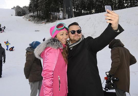 Selfie se zpěvákem Ezym Hýblem, který s Prachařem vystupuje v kapele...
