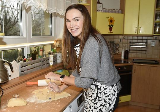 Mamince zabrala kuchyň, kde peče cukroví na objednávku.