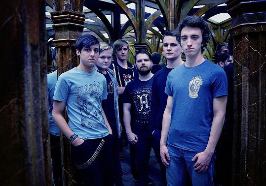 Zprava: Honza (bubeník), Nikita (kytarista), Vojta (baskytarista), Kuba (zpěvák), Artur (zpěvák), Petr (kytarista)