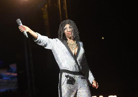 Hlavní hvězda Dance Divas Heather Small se ve svých 53 letech také pochlubila parádním dekoltem.