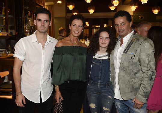 Martin Dejdar se synem Matějem, manželkou Danielou a dcerou Sárou.