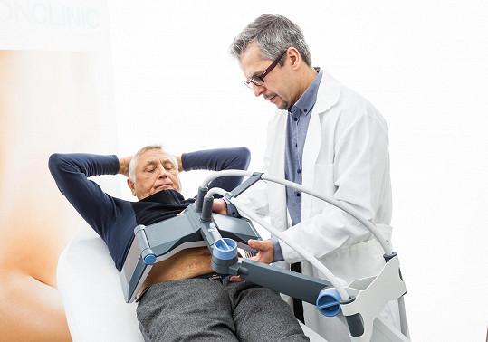 Jiří Menzel na proceduře, která by ho měla zbavit pupku.