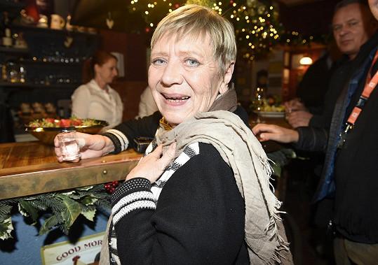 Na divadelním večírku si Jarka dala panáka hruškovice.