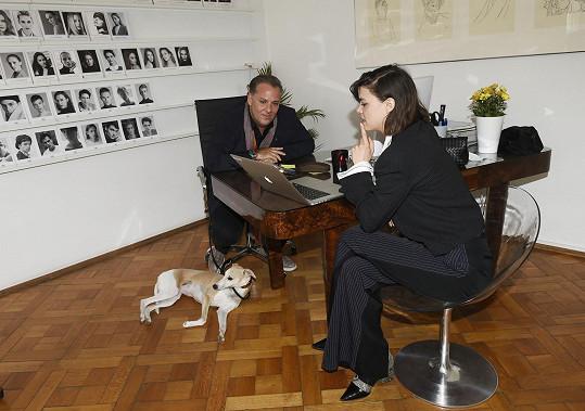 Jeho agentura zastupuje také režisérku a herečku Evu Doležalovou.