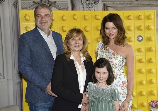 Gabriela s dcerou Mayou a rodiči