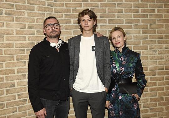 Její filmová rodina - manžela hraje Jiří Vyorálek, šikanovaného syna Tomáš Daleský.