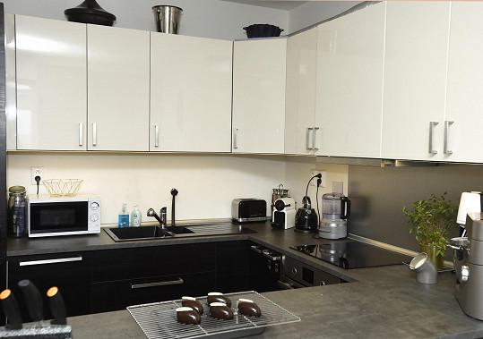 V kuchyni nechybí moderní spotřebiče a pomůcky k pečení.
