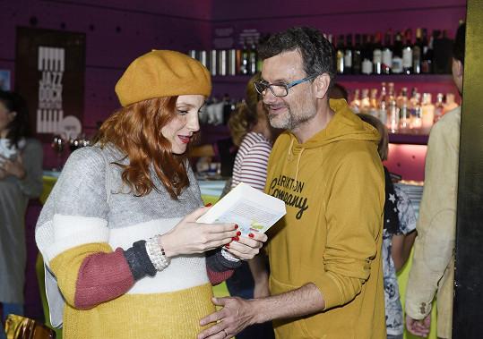 Spisovatel a režisér Patrik Hartl se zdraví s Míšou Maurerovou.