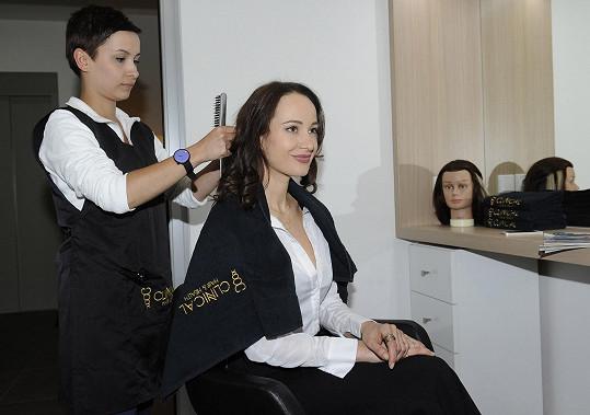Karolína o sebe na vlasové klinice nechala pečovat.