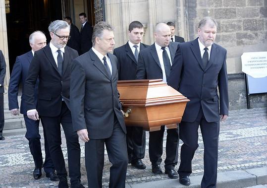 Rakev s ostatky Stanislava Grosse byla za zvuku zvonů vynesena ven z baziliky.