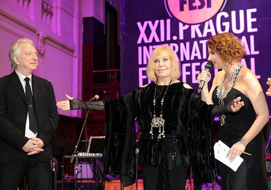 Na jevišti ve Smetanově síni obecního domu představila divákům hlavní hvězdy festivalu Kim Novak a Alana Rickmana.