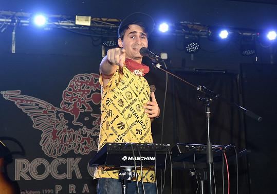 Radek Banga vystupoval na koncertu v klubu Rock Café, který byl přenášen online.