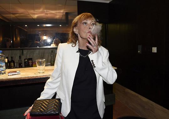 Herečka si neodpustí jednu neřest - kouření.