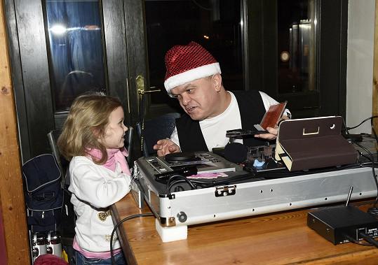 Hosty bavil nejmenší DJ v Česku Michal, který také hraje v představeních Divadla Broadway.