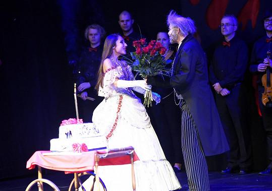 V kostýmu jako překvapení dorazila gratulantka Natálka Grossová, i když ten večer nehrála.