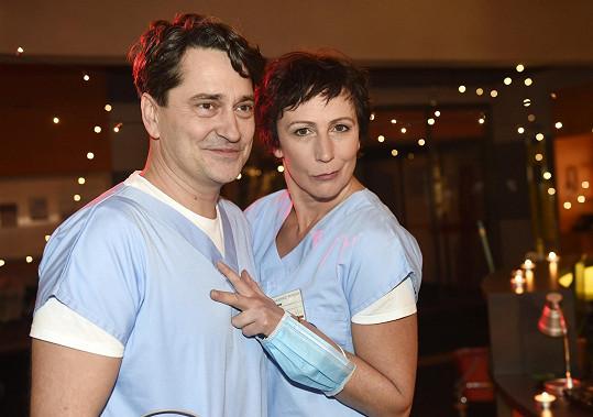 Během natáčení vánočního klipu bylo v ateliérech seriálu Sestřičky o zábavu postaráno. Na snímku s kolegyní Kristýnou Frejovou.
