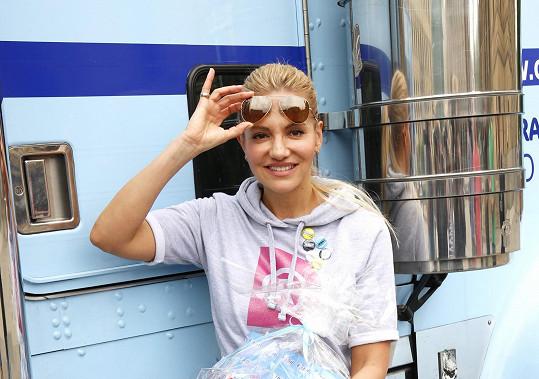 Dara si upravila mikinu, která se za její podpory prodává pro charitativní účely.