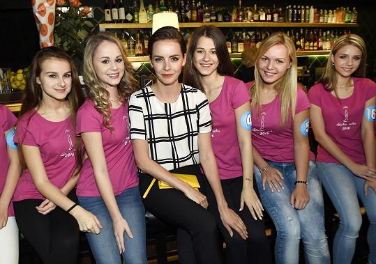Gábina s finalistkami soutěže Dívka roku