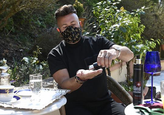 Osmanyho mrzí, že i když sám vyrábí roušky a desinfekce, na Kubu je poslat nemůže.