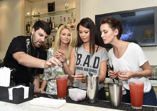 Kolegyně ze zpravodajství se učily připravit letní drinky.