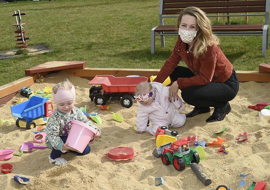 Markéta s dětmi na pískovišti