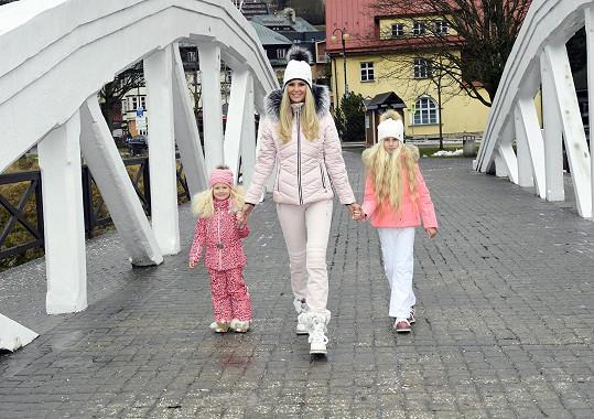 Lucka s dcerami fotila zimní módu.