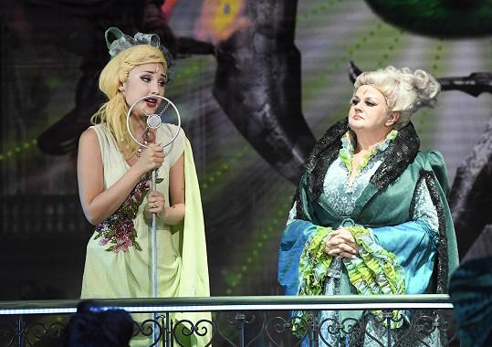 Natálka s profesorkou Madam Morrible. V této roli se alternují Barbora Rajnišová (na snímku) a Světlana Nálepková.
